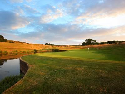 Test your skills on 18 supreme golf holes